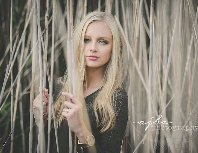 When nature is totally matching your style... . . . #mutedtones #natural #blonde #seniorsunday #seniorpictures #porthuronphotographer #seniorphotographer #photoshoot