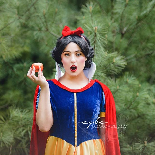 ...the seven dwarfs wouldn't fit in the picture🍎⠀sorry boys. .⠀ .⠀ .⠀ #princess #princessphotoshoot #businessportraits #businessheadshots #lifestyle #snowwhite #disneyprincess #porthuronphotographer #porthuron #michiganphotographer