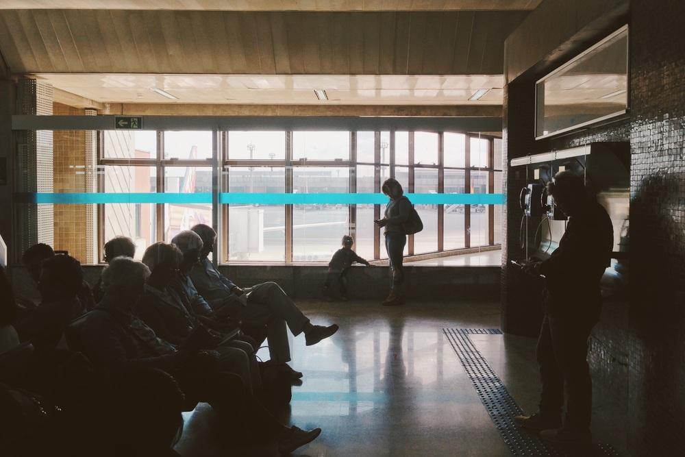 Os corcundas contemporâneos no aeroporto de GRU. Foto feita com um iPhone 5 e ajustada no app VSCO Cam.