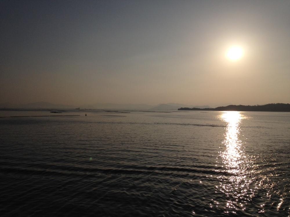 安芸の宮島 厳島神社に向かう船から見る朝日