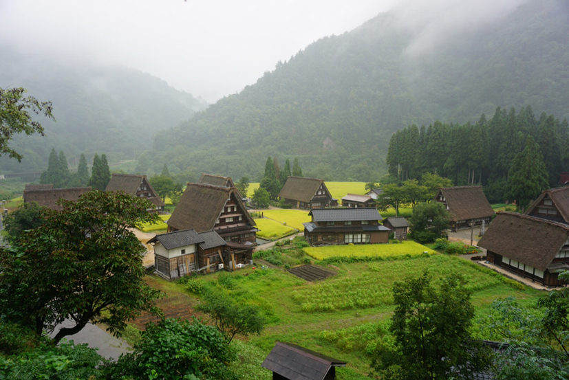 世界遺産「五箇山」の菅沼集落。9戸しかない合掌造り家屋が、親しみあるスケールの集落を形成している。 世界遺産に登録された合掌造り集落のうち、個人的にはここが最も好きな集落。何度来ても気持ちが落ち着く場所。雨降りの風景もよし。