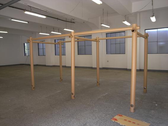 東日本大震災の際、札幌を拠点とする建築家有志により紀伊国屋札幌本店にて坂茂さんの簡易間仕切りを展示し募金を呼びかけるイベントを開催しました。写真はその際に仮組み立てした紙管フレーム。これにカーテンを利用した可動間仕切壁が設置されます。