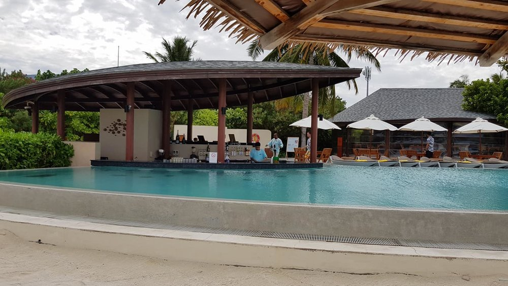 invite-to-paradise-sri-lanka-maldives-holiday-honeymoon-specialists-customer-guest-feedback-zane-lisa-butcher-centara-ras-fushi-pool-bar.jpg