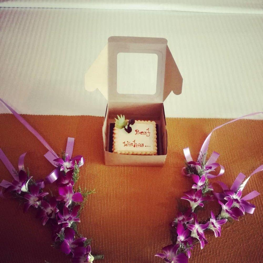 invite-to-paradise-sri-lanka-honeymoon-specialists-customer-guest-feedback-Paul-Traies-Chloe-Rowley-welcome-flower-garlands-cake.jpg