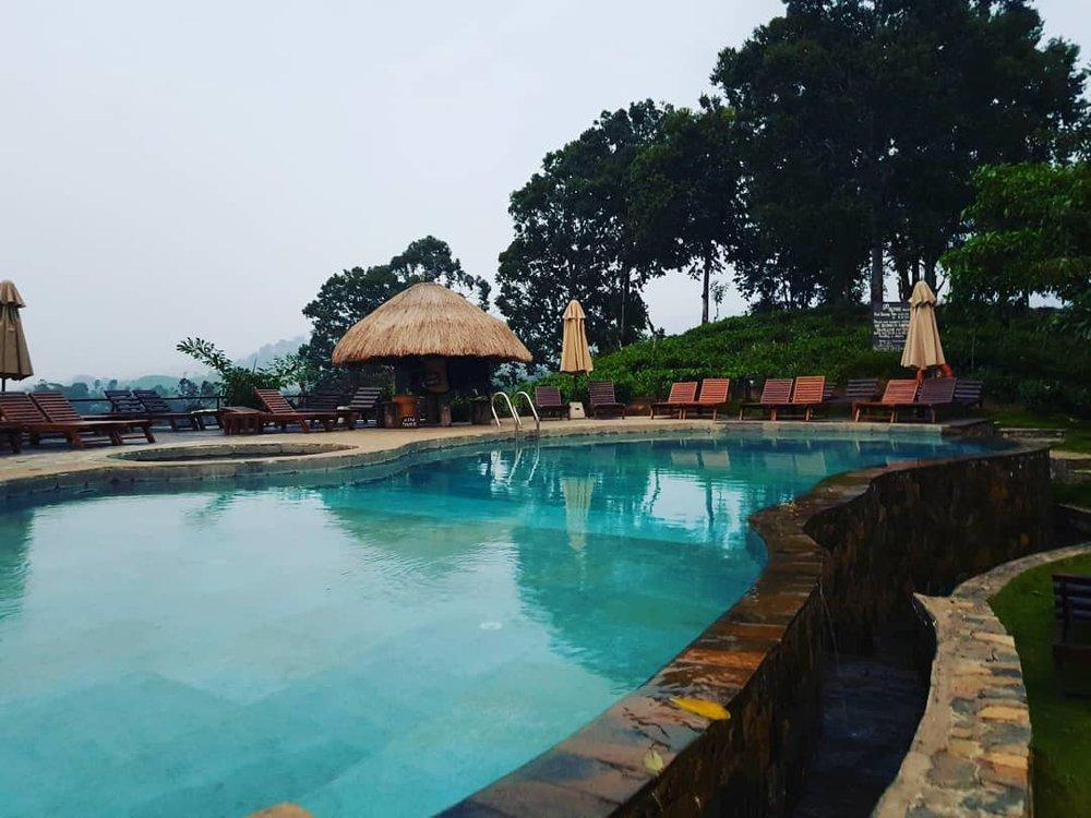 invite-to-paradise-sri-lanka-honeymoon-specialists-customer-guest-feedback-Paul-Traies-Chloe-Rowley-98-acres-ella-tea-plantations-pool.jpg