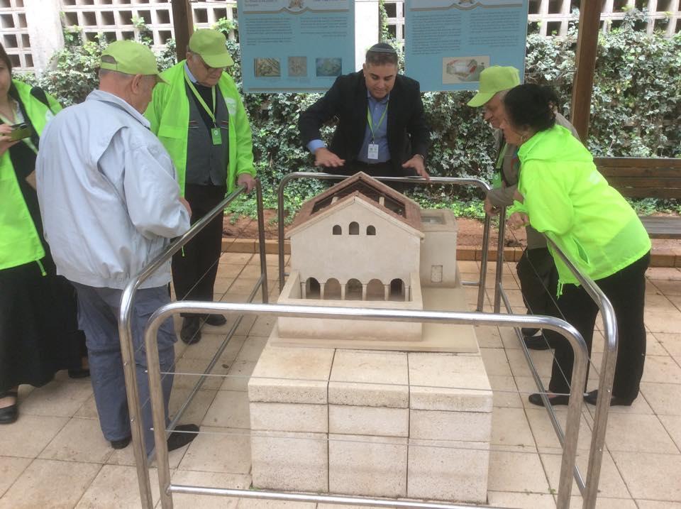 Rabbi Avi teaching about Beit Alfa.