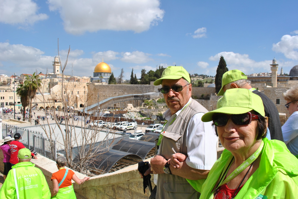 Pani Zosia heads to the Kotel along with the rest of the group.