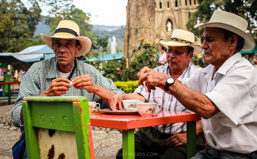 men drinking tinto jardin colombia
