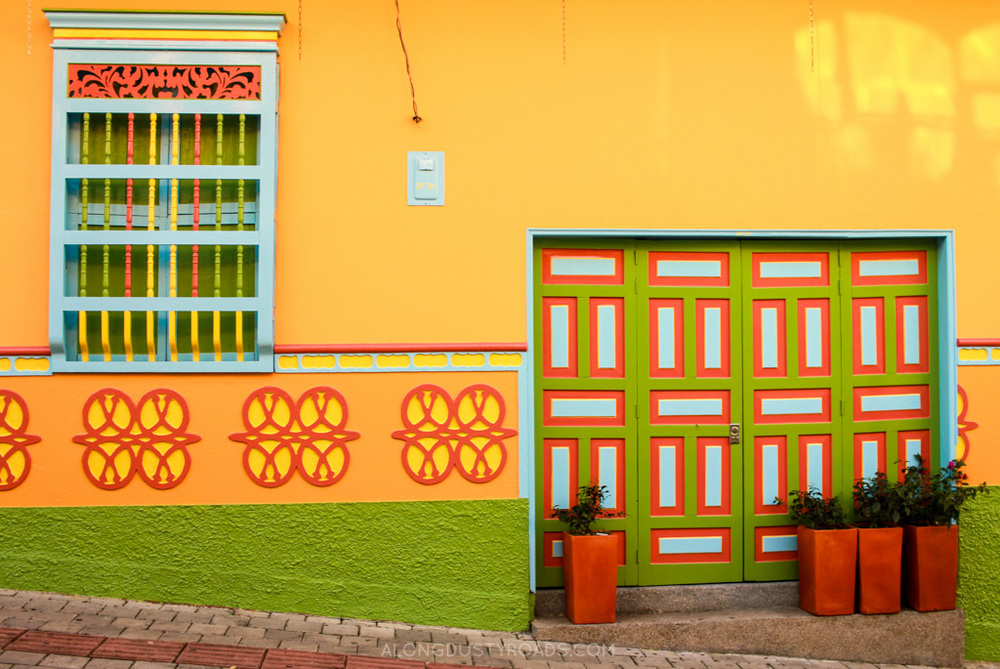 zocalos in guatape colombia