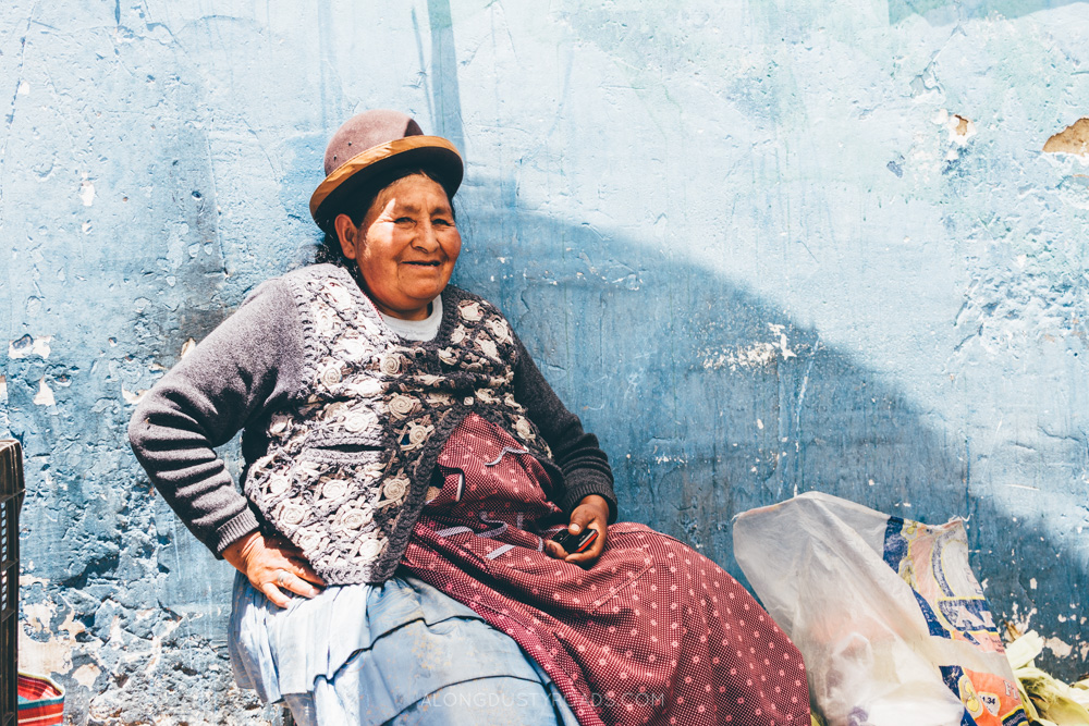 Bolivian lady and a blue wall in La Paz