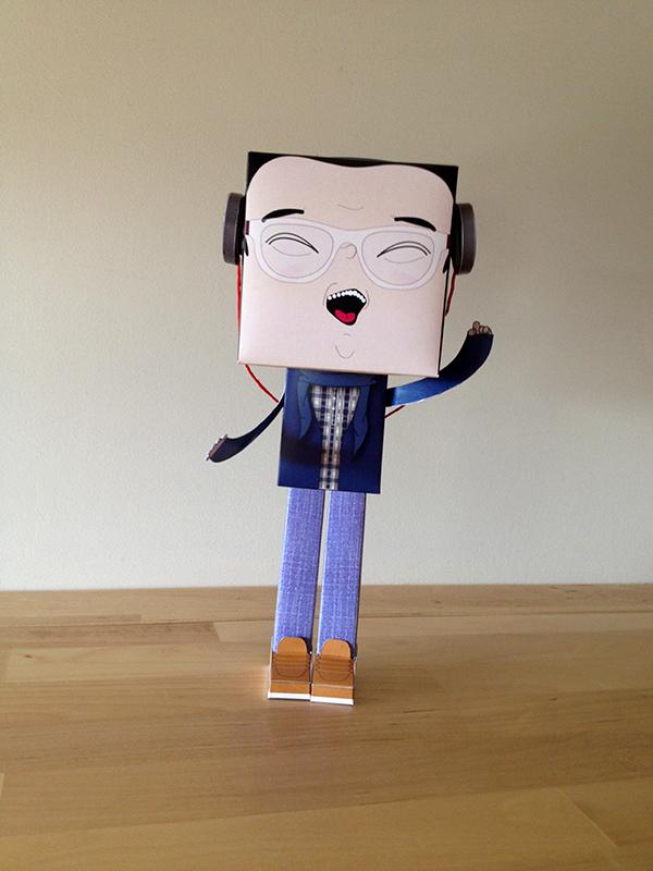 DJ Oni - dimensões: 25 cm de altura, 9 cm de largura e 9 cm de profundidade.