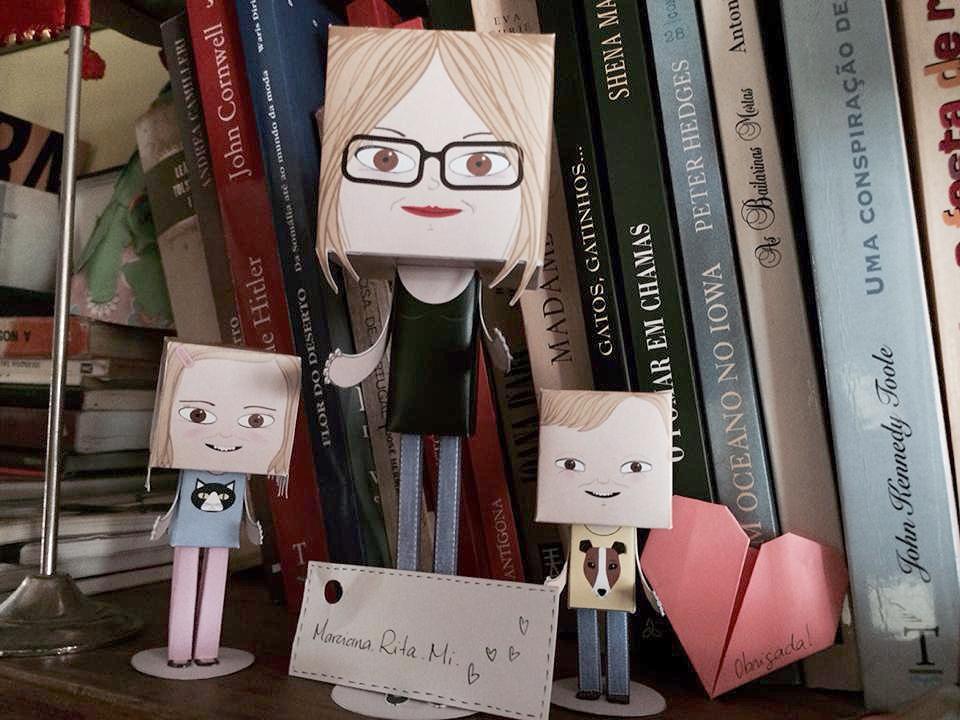 Os paper toys com as dimensões habituais: adulta, 15 cm de altura e 5m de largura e profundidade; crianças, 7cm e 6cm de altura, 3 cm de largura e profundidade, respectivamente.
