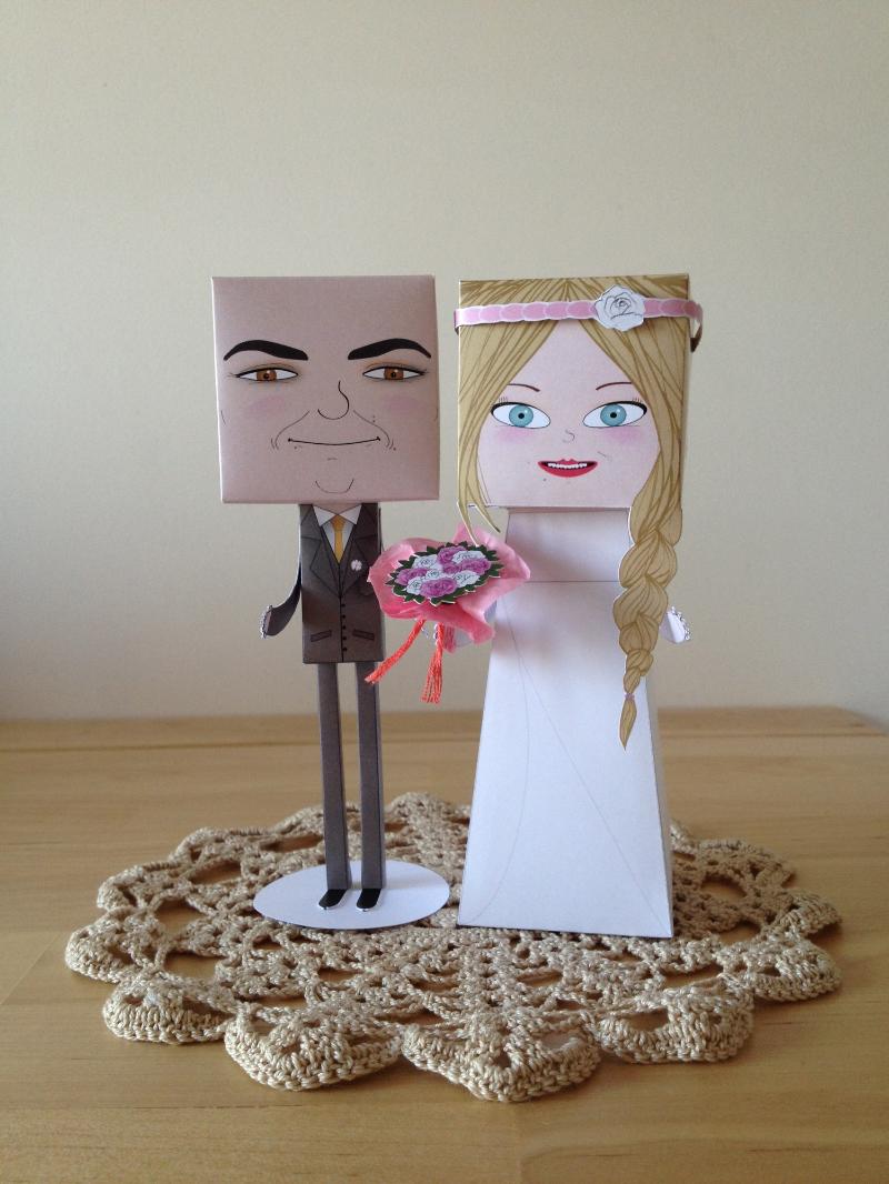 Noivo com fato standard e noiva com vestido standard; bouquet de rosas com duas cores; acessório - fita no cabelo.