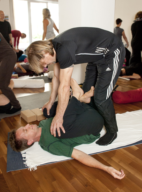 Yin Therapy - Yin Yoga & Anatomy Teacher Training II Hamburg - passive assists.jpg