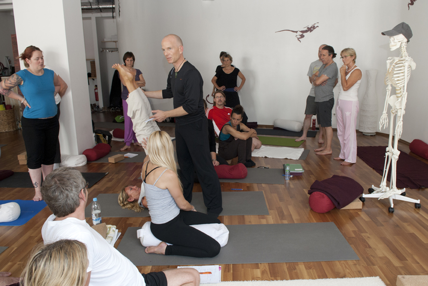 Yin Therapy - Yoga Anatomy & Assists Workshop - shoulder stand Analysis