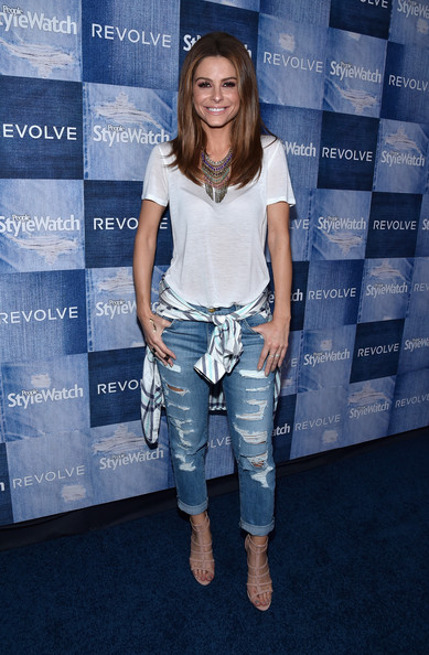 Maria Menounos rocking boyfriend jeans with a comfy tee and nude heels.