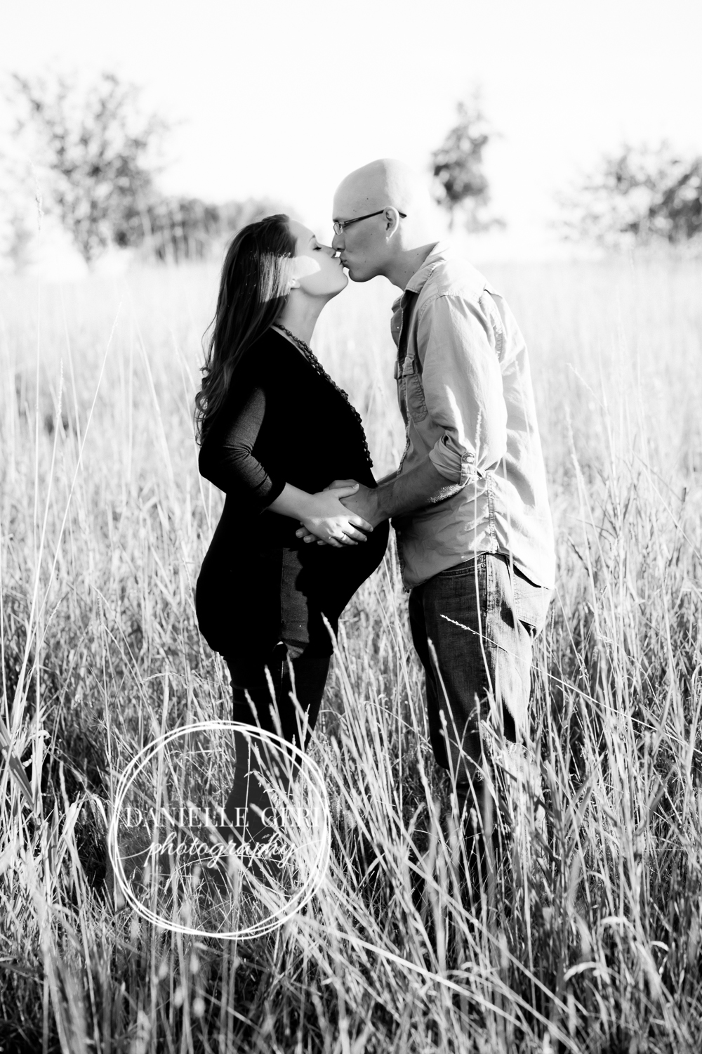 Outdoor, black and white maternity photography in Buffalo MN