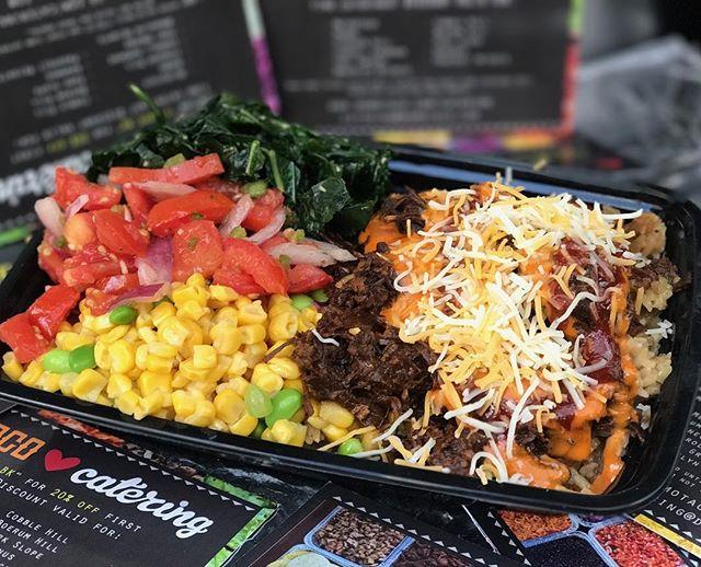 Tomato Thai salad, corn with edamame, garlic greens... mmMm 🤤 . . . @urbanspacenyc @bryantparknyc #eaturban #foodporn #food #foodgasm #nyceats #eeeeeats