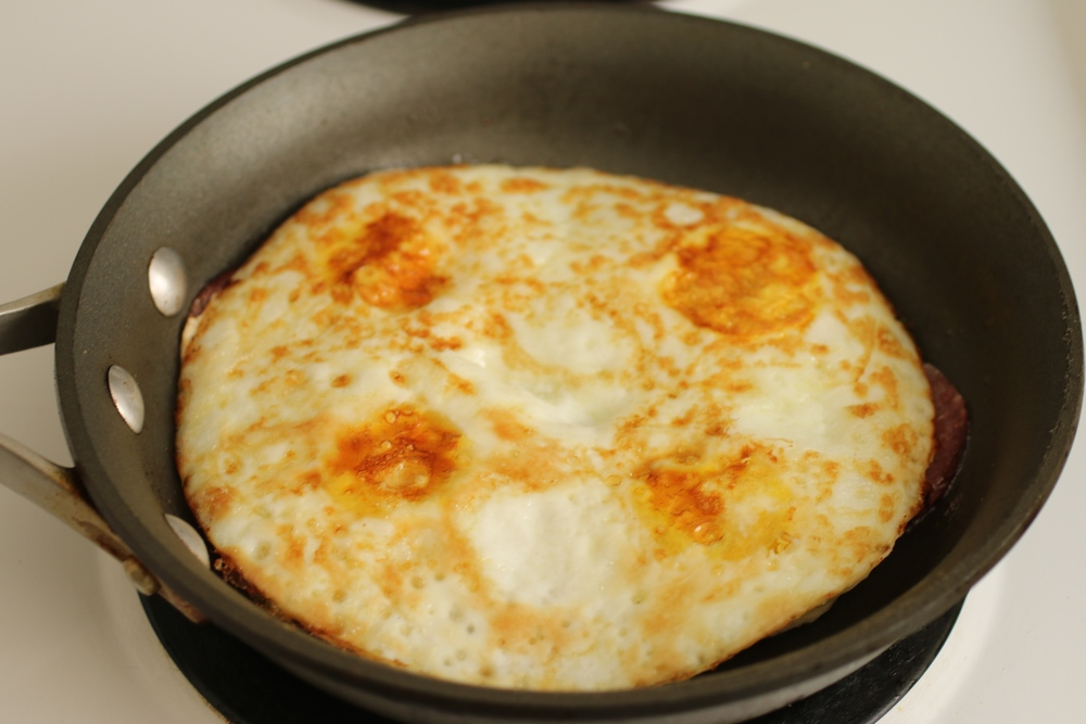 The Eggitza - 5 minutes to a healthy, delicious, and super nutritious breakfast - eggs & Salami - www.barbellsandbaking.com