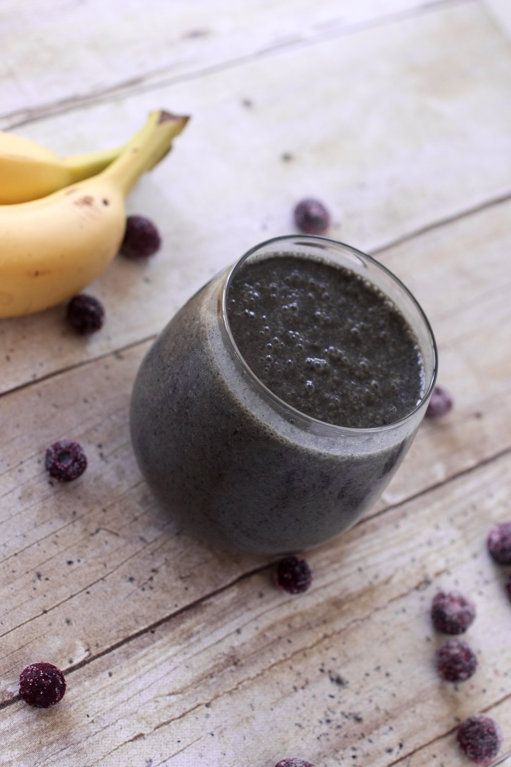 Berry Banana Smoothie with Vital Proteins Beauty Greens | www.barbellsandbaking.com