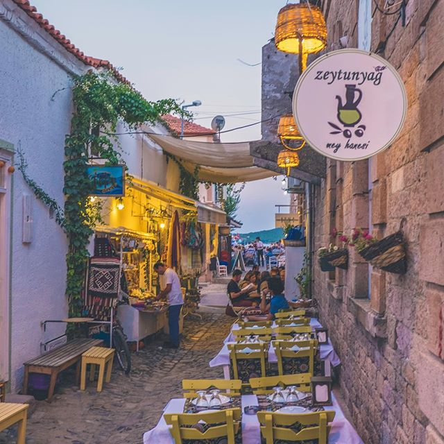 Photo taken in Cunda Island, where you smell fresh air, have a wonderful moment, watch other islands and eating yummy food.  من جزر جوندا في تركيا