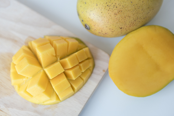 how to cut a mango - chasing saturdays