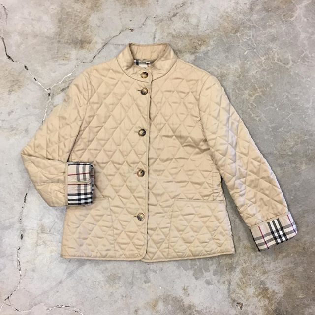 ❤️ • Burberry Size M/L $225 • #burberry #quiltedjacket #womensfashion #shopping #resale #modaoresale #vanwa #pdx