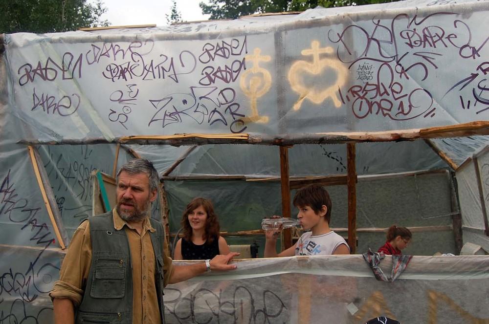 Grafikos dirbtuvės ir Romualdas Pučekas su Dusetų dailės mokyklos mokiniais Fotografas Žilvinas Danys