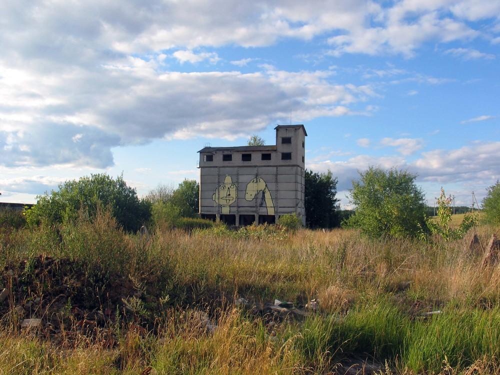Grafyti ant apleisto buvusio kolūkio pastato   Fotografas Žilvinas Danys