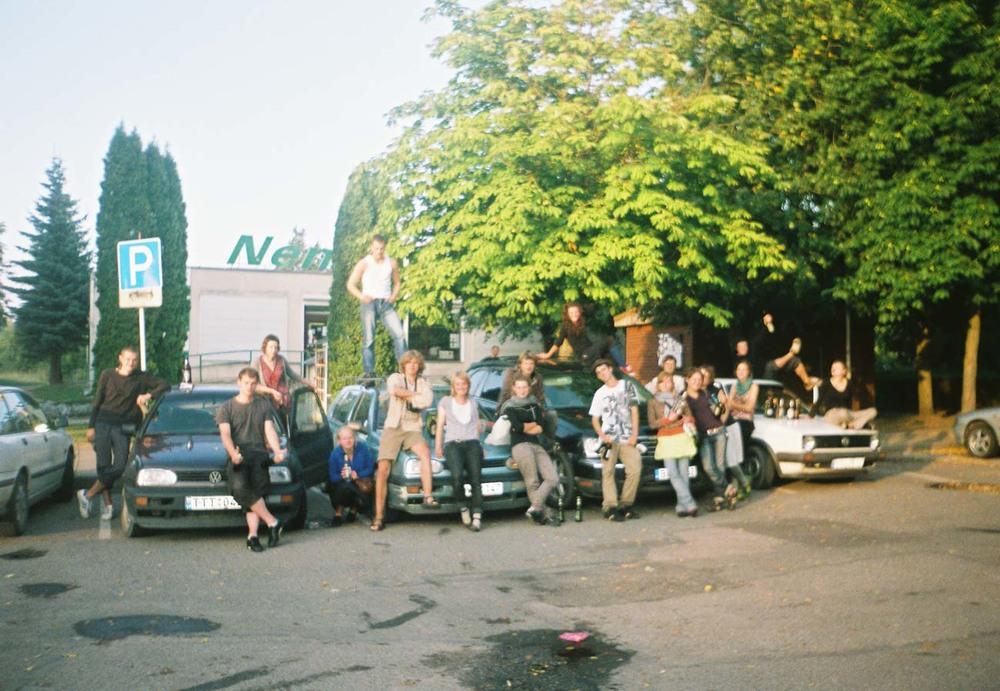 Sintezes 2008 bendruomenė prie parduotuvės Dusetose