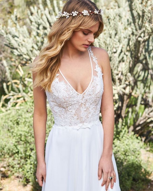 This gorgeous #bohochic #weddingdress @bylillianwest will be available to try on and order for your special day during our upcoming #popupshop on May 6th! Click on our bio link for all the details! We are also taking appointments on Saturday May 5th for this trunk show. 💍👰🏻💕