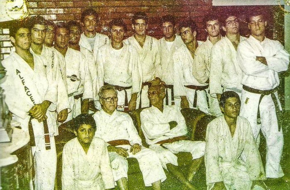 GRANDMASTERS CARLOS AND HELIO WITH STUDENTS