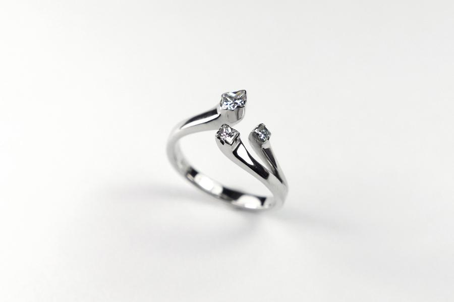 Anel de noivado Veredas.Ouro branco 18k e 3 diamantes quadrados.