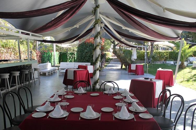 Banquete de bautizo en terraza con zona ajardinada - Restaurante Latigazo