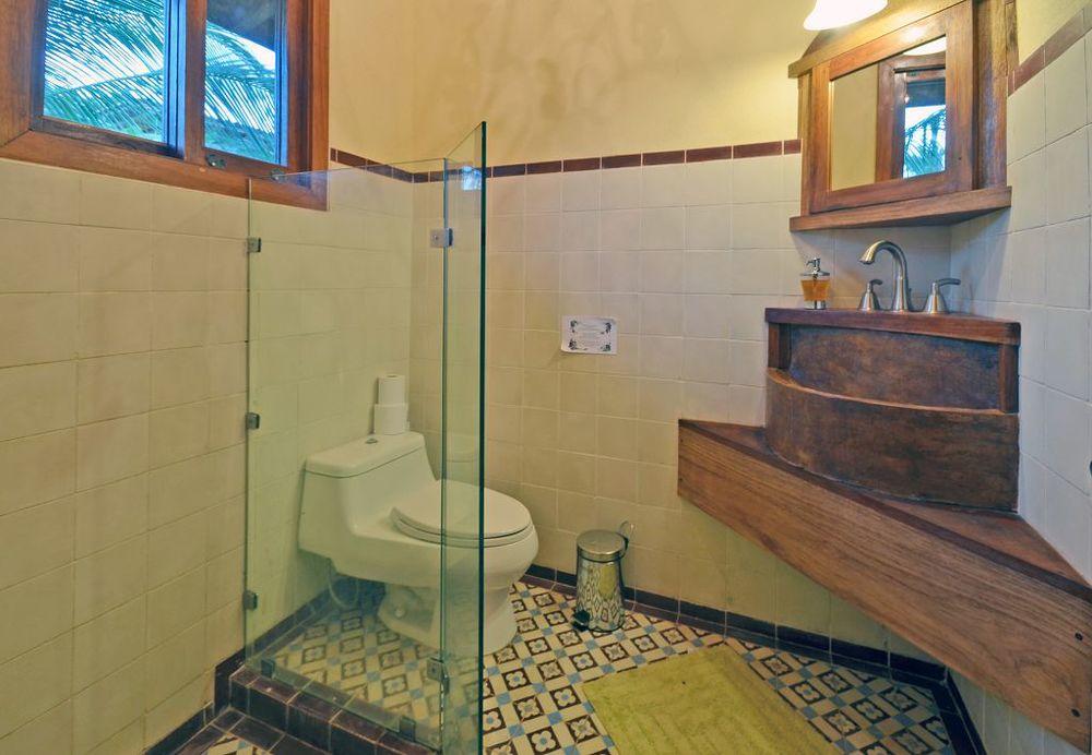 komp-FincaAustria_Casa Colibrì_room-2-bath.jpg