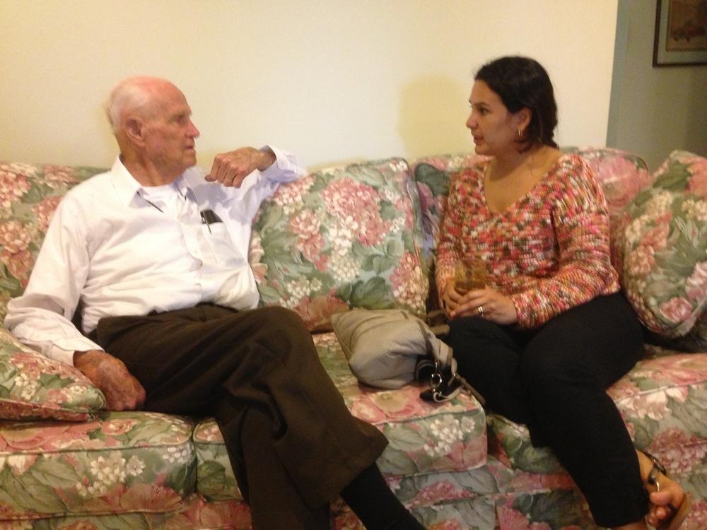John Shackelford conversa con Nereyda Estrada, quien fue una muchacha, guia y lider nacional de Icthus en Honduras.