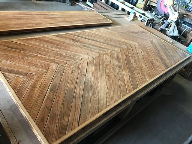 Herringbone table top with leaf all laid out and steel bases getting completed this weekend! Swipe to see the table top w/o the leaf and see how it still lines up 😎 Happy Friday!