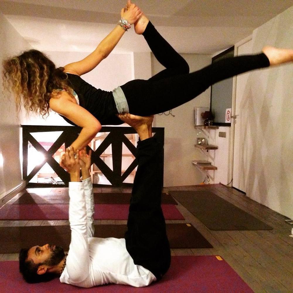 """ATELIER """"YOGA PARTNER"""" special ST VALENTIN - SAMEDI 20 FEVRIER 2016, 10H00 - 12H00   Que vous soyez pour ou contre la Saint Valentin, venez pratiquer du yoga en couple pour une expérience sortant des sentiers battus.Corina et Neo vous accueillent pour un atelier construit autour d'un travail postural réalisé en binôme : lâcher prise et bonne humeur au rendez-vous !Passez la St Valentin autrement (d'ailleurs c'est aussi pour cela que nous avons organisél'atelier le 20/02/2016 ;)), avec 2 heures de yoga pratiquées en douceur à 2, en toute en simplicité et complicité permettant d'approfondir la connexion du couple.Votre partenaire n'a jamais fait du yoga? Aucun problème! Faites-lui découvrir... Ensemble nous sommes plus forts! Si vous n'êtes pas en couple, il est temps de tomber amoureux de vous-même !Stage accessible à tous – Vous pouvez venir seul(e) ou accompagné(es) pour cette approche ludique du Yoga !  Au programme: exercices de pranayama, petite séance de vinyasa yoga axée sur l'ouverture du cœur, postures à 2, initiation aux postures de base d'acroyoga, relaxation et méditation sur l'amour. Le partner Yoga (Yoga avec partenaire) est une forme spécifique de Yoga pratiquée en duo ou en groupe. C'est un yoga de la compassion, de l'écoute et du partage. Cette pratique permet de composer à plusieurs, des géométries de poses et de contacter de nouveaux espaces de créativité. L'AcroYoga est une déclinaison aérienne du Partner Yoga avec partenaire. Il est souvent nommé """"Yoga de la Confiance."""" Quelques techniques simples d'AcroYoga, accessibles à tous seront partagées au cours de cet atelier. Une partie des enchaînements seront pratiqués en duo, d'autres en trio et d'autres encore en cercle avec l'ensembledes participants. Venez partager des instants de découverte, de sourires et de bien-être."""