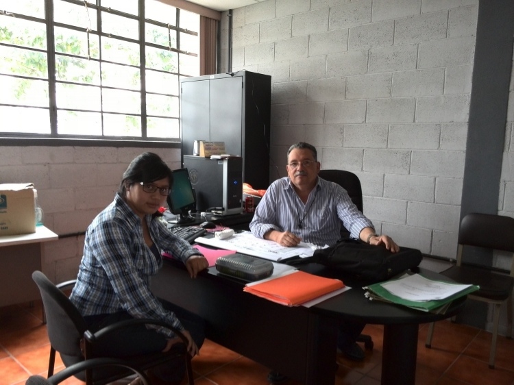 Floridalma y el supervisor de su Ejercicio Profesional Supervisado (EPS), el Ing. Silvio Rodriguez.