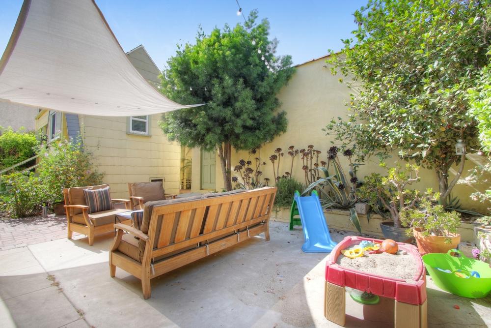 3167 Rowena - Courtyard