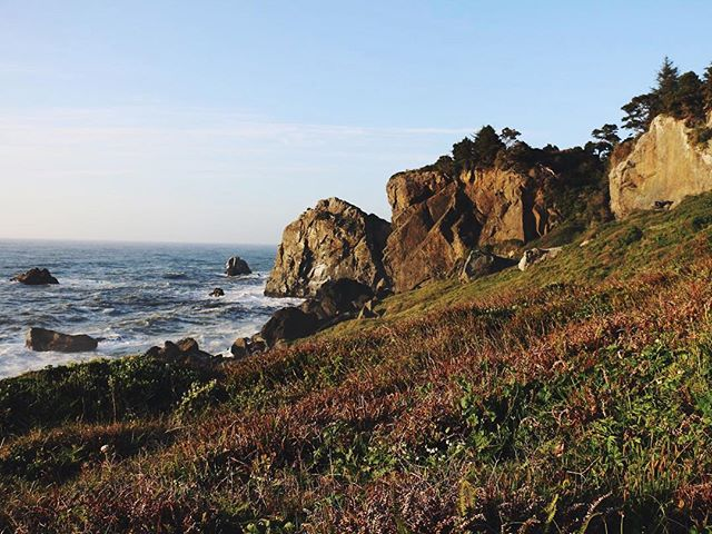 Who wouldn't want to conserve the beauty of the California coastline? @mojocoastwalk is made up of two women, Morgan and Jocelyn, thru-hiking for a cause. They're raising awareness for the California Coastal Trail (CCT) and the dream of someday connecting the half finished trail that so others can do it, too. Learn more - their feature is linked in our profile ⬆️. | 📷 @mojocoastwalk #sheexplores