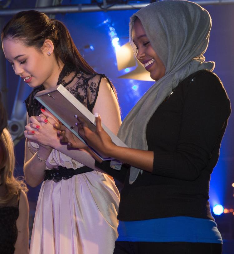 Dahraan Abdullah receives her winners certificate.
