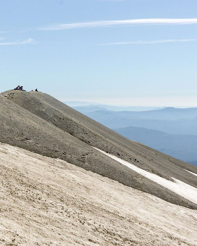Soaking in the views from the summit of Mt. St Helens. This last stretch of the climb was the most difficult as every step forward we slid two steps back on the ash covered mountainside. #calfburner // Mt. St Helens . . . #sthelens #mtsthelens #mtsthelenssummit #themountainsarecalling #mountaineering #adventureawaits #adventureisoutthere #washingtonstate #washingtonexplored #pnw #pnwonderland #pnwlife #thegreatpnw