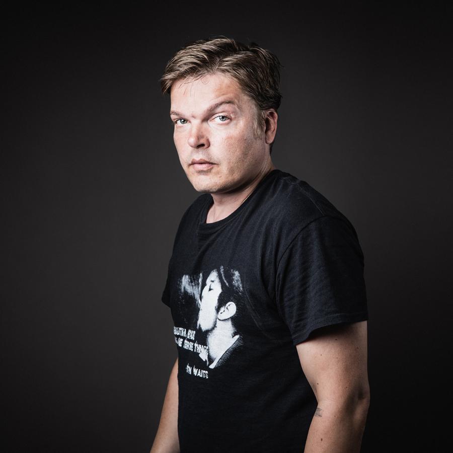 """Antti, 2014.  Kaukovainio - lähiötarinoita.    """"Elä nyt Kaukovainiolle, se on ihan hullu paikka, Villin lännen paikka.""""   Kukaan ei synny tyhjään maailmaan eikä jätä tyhjyyttä jälkeensä. Asuinpaikat, toiset ihmiset, yhteisöt jättävät meihin jälkensä ja me niihin. Kaukovainio - lähiötarinoita sarjan muotokuvat  Uma Louhelan keräämien tarinoiden kanssa ovat olleet esillä mm. Oulun taidemuseossa, sekä Tampereella, Mikkelissä ja Vaasassa. Näyttely koostui 40 kaukovainiolaisen muotokuvasta ja kuvista kaukovainiolaisista kodeista sekä haastattelupuheesta poimituista tarinoista. Valokuvatut ja haastatellut ovat pääosin eri henkilöitä. Kuvaukset ja haastattelut on toteutettu vuosina 2014–2015."""