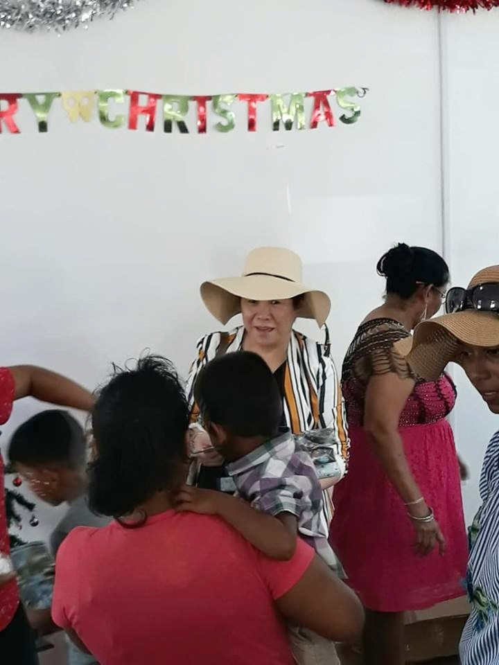 GF Trustee, Mrs. Che Jian Ping assisting with the distribution of gifts.