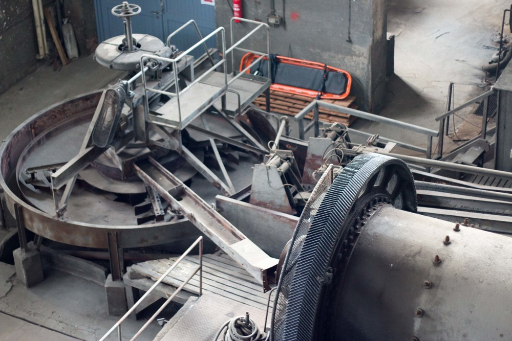 Ball mill and flotation tray