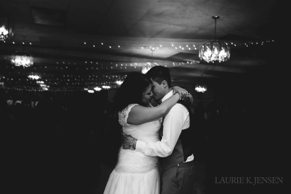 laurie-k-jensen-photographer-edmonton-alberta-wedding-elopement-classy-modern-authentic-fun-natural-happy-pretty-editorial-fine-art-bride-groom-first-dance