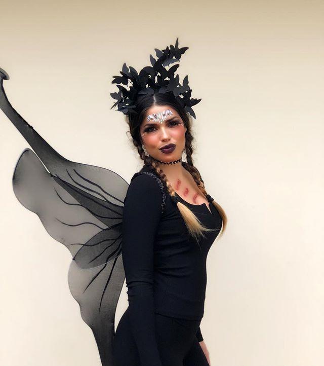 Happy Halloween!! ☠️🌹 🙌🏻🙌🏻Total look @marian_valverde_carolaroom 🙌🏻🙌🏻❤️ #halloween #halloweenmakeup #halloweencostume #blackbutterfly #headpieces #totalblack #ootd  #gabrielamerinoblog #trickortreat