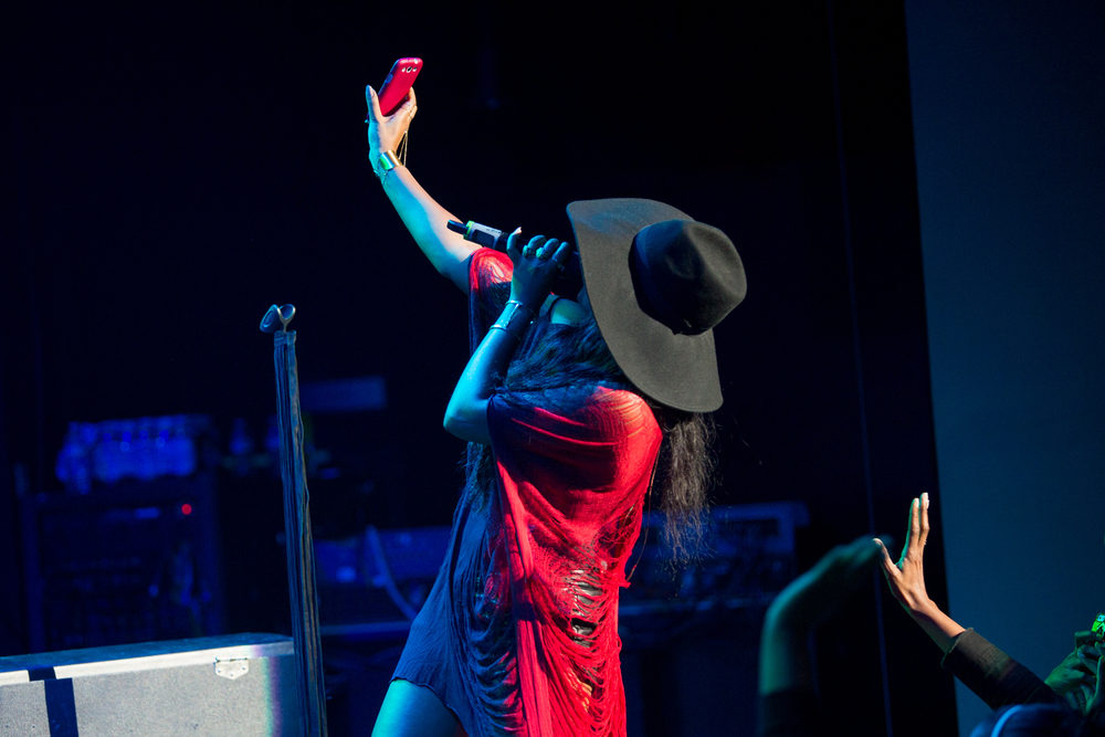 Melanie Fiona grabbed a fan's phone to record herself singing into the camera.
