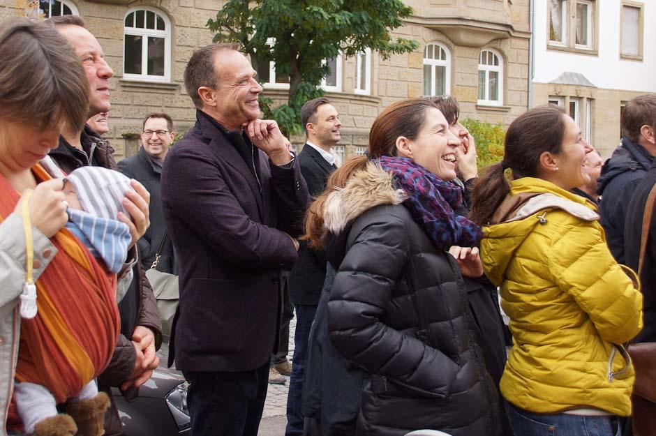 eurokindergarten-stuttgart-20151028_7_Richtfest_Gaeste beim Richtspruch.jpg